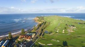 Golfbana på kustlinjen Arkivfoton