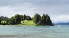 Golfbana på sjön och segelbåten Royaltyfri Bild