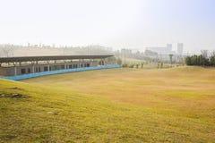 Golfbana under konstruktion i solig våreftermiddag Royaltyfri Foto