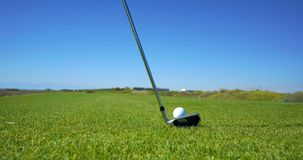 Golfbanan och golfbollen royaltyfri fotografi