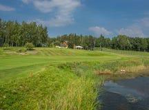 Golfbanor i Sigulda, Lettland Landskap med golfbanor arkivbild