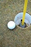 Golfboll bredvid utslagsplats Royaltyfria Foton