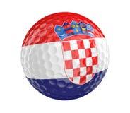 Golfboll 3D framför med flaggan av Kroatien som isoleras på vit Royaltyfri Fotografi