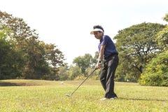 Golfboll för breddsteg för golfspelare i luften fotografering för bildbyråer