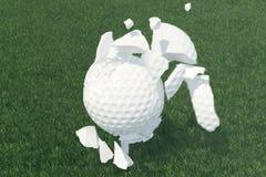 golfboll för illustrationen 3D sprider till stycken efter ett stark slag och boll i gräs, övre sikt för slut på utslagsplatsen so Royaltyfri Fotografi