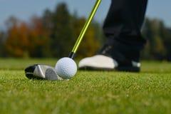 Golfboll, golfare och klubba Royaltyfri Bild