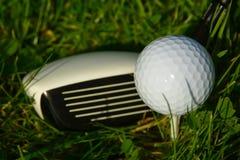 Golfboll i det högväxta gräset Royaltyfria Foton