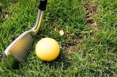 Golfboll, klubba eller järn Arkivbilder