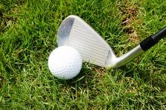Golfboll, klubbor eller järn Royaltyfri Bild