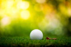 Golfboll med utslagsplatsen arkivbilder