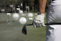 Golfboll med utslagsplatsen på kurs och pinnen Royaltyfri Foto