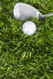 Golfboll och klubba fotografering för bildbyråer