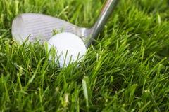 Golfboll och klubba arkivbilder