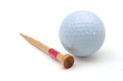 Golfboll och utslagsplats Arkivbild