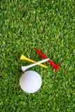 Golfboll och utslagsplats Royaltyfria Foton