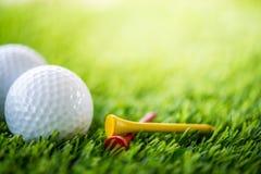 Golfboll och utslagsplats fotografering för bildbyråer