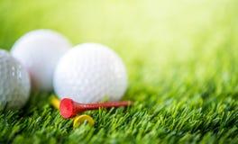 Golfboll och utslagsplats arkivbilder