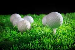 Golfboll och utslagsplats i grönt gräs Royaltyfria Bilder