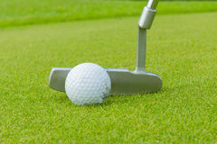 Golfboll och utslagsplats på gröna cours Arkivfoto