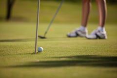 Golfboll omkring som in går royaltyfri bild