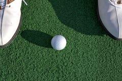 Golfboll på det gröna fältet Arkivbild