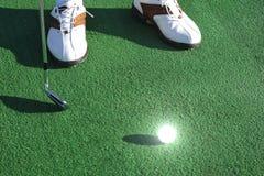 Golfboll på det gröna fältet Royaltyfria Foton