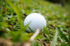 Golfboll på en lutning Arkivbilder