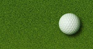 Golfboll på gräs Arkivfoton