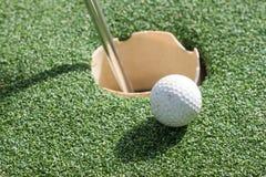 Golfboll på gräsplan Arkivfoto