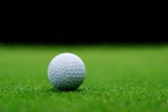 Golfboll på gräsplanen Arkivfoto