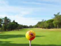 Golfboll på gräsplanen, golf i Spanien Arkivbilder