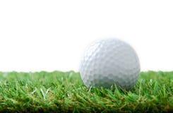Golfboll på grönt fält Royaltyfria Bilder