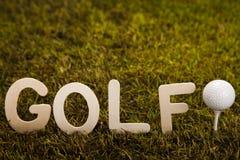 Golfboll på grönt gräs Arkivfoton