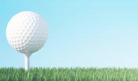 Golfboll på grönt gräs som är klart att vara skott, bakgrund för blå himmel illustration 3d Royaltyfri Fotografi