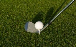 Golfboll på hög utslagsplats Royaltyfria Foton
