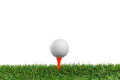 Golfboll på kurs arkivbild