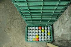 Golfboll på kursen, körningsområde arkivbild