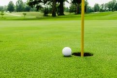 Golfboll på lipon gräsplanen Arkivfoto