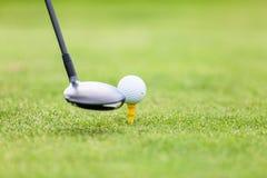 Golfboll på utslagsplats framme av chauffören arkivbild