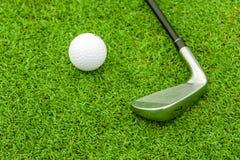 Golfboll på utslagsplats framme av chauffören på grön kurs arkivbild