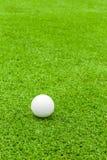 Golfboll på utslagsplats framme av chauffören på grön kurs arkivfoton