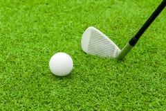 Golfboll på utslagsplats framme av chauffören på grön kurs arkivbilder