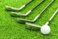Golfboll på utslagsplats framme av chauffören på grön kurs arkivfoto