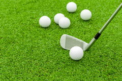 Golfboll på utslagsplats framme av chauffören på grön kurs royaltyfria foton