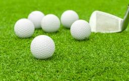 Golfboll på utslagsplats framme av chaufförgräsplankursen royaltyfri fotografi