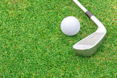 Golfboll på utslagsplats framme av chaufförgräsplankursen arkivbild