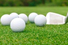 Golfboll på utslagsplats framme av chaufförgräsplankursen royaltyfria foton