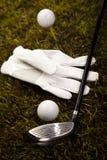 Golfboll på utslagsplats i chaufför Royaltyfri Foto