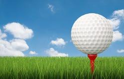 Golfboll på utslagsplats med grönt gräs Arkivfoto