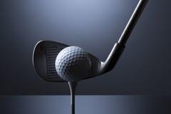 Golfboll på utslagsplats med klubban som isoleras på mörker - blå bakgrund fotografering för bildbyråer